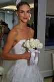 NUEVA YORK, NY - 13 DE OCTUBRE: El modelo hace el modelado informal en Carolina Herrera Bridal Presentation Fotos de archivo libres de regalías