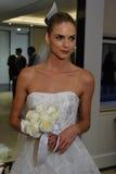 NUEVA YORK, NY - 13 DE OCTUBRE: El modelo hace el modelado informal en Carolina Herrera Bridal Presentation Imagenes de archivo