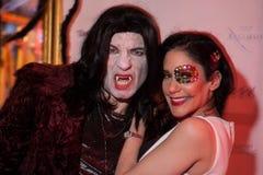 NUEVA YORK, NY - 31 DE OCTUBRE: Las huéspedes en los trajes mascaraed que presentan en la moda van de fiesta durante el evento de Foto de archivo