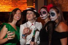 NUEVA YORK, NY - 31 DE OCTUBRE: Las huéspedes en los trajes mascaraed que presentan en la moda van de fiesta durante el evento de Imagenes de archivo