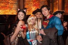 NUEVA YORK, NY - 31 DE OCTUBRE: Las huéspedes en los trajes mascaraed que presentan en la moda van de fiesta durante el evento de Imagen de archivo libre de regalías