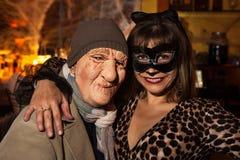 NUEVA YORK, NY - 31 DE OCTUBRE: Las huéspedes en los trajes mascaraed que presentan en la moda van de fiesta durante el evento de Imagen de archivo
