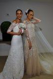 NUEVA YORK, NY - 13 DE OCTUBRE: Los modelos hacen el modelado informal en Carolina Herrera Bridal Presentation Fotografía de archivo