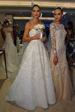 NUEVA YORK, NY - 13 DE OCTUBRE: Los modelos hacen el modelado informal en Carolina Herrera Bridal Presentation Foto de archivo libre de regalías
