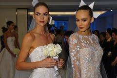 NUEVA YORK, NY - 13 DE OCTUBRE: Los modelos hacen el modelado informal en Carolina Herrera Bridal Presentation Imagen de archivo libre de regalías