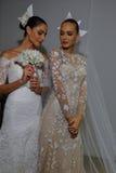 NUEVA YORK, NY - 13 DE OCTUBRE: Los modelos hacen el modelado informal en Carolina Herrera Bridal Presentation Fotografía de archivo libre de regalías