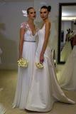 NUEVA YORK, NY - 13 DE OCTUBRE: Los modelos hacen el modelado informal en Carolina Herrera Bridal Presentation Foto de archivo