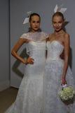 NUEVA YORK, NY - 13 DE OCTUBRE: Los modelos hacen el modelado informal en Carolina Herrera Bridal Presentation Fotos de archivo libres de regalías