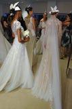 NUEVA YORK, NY - 13 DE OCTUBRE: Los modelos hacen el modelado informal en Carolina Herrera Bridal Presentation Imágenes de archivo libres de regalías