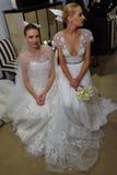 NUEVA YORK, NY - 13 DE OCTUBRE: Los modelos hacen el modelado informal en Carolina Herrera Bridal Presentation Imagenes de archivo