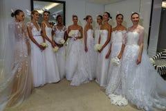 NUEVA YORK, NY - 13 DE OCTUBRE: Los modelos hacen el modelado informal en Carolina Herrera Bridal Presentation Imagen de archivo