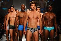 NUEVA YORK, NY - 21 DE OCTUBRE: Paseo de los modelos el final de la pista durante el desfile de moda de 2 (X) hombres de los IST Imagen de archivo libre de regalías
