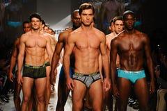 NUEVA YORK, NY - 21 DE OCTUBRE: Paseo de los modelos el final de la pista durante el desfile de moda de 2 (X) hombres de los IST Fotografía de archivo