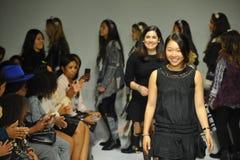NUEVA YORK, NY - 18 DE OCTUBRE: Paseos de Ashley Chang del diseñador que la pista durante los párrocos ve de antemano en la seman Foto de archivo