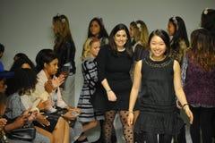 NUEVA YORK, NY - 18 DE OCTUBRE: Paseos de Ashley Chang del diseñador que la pista durante los párrocos ve de antemano en la seman Fotografía de archivo