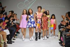 NUEVA YORK, NY - 19 DE OCTUBRE: Paseos de Peini Yang del diseñador (c) la pista con los modelos durante el avance de la ropa del  Imagen de archivo