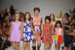 NUEVA YORK, NY - 19 DE OCTUBRE: Paseos de Peini Yang del diseñador (c) la pista con los modelos durante el avance de la ropa del  Imagenes de archivo