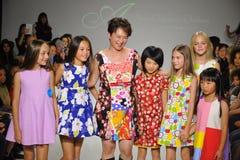 NUEVA YORK, NY - 19 DE OCTUBRE: Paseos de Peini Yang del diseñador (c) la pista con los modelos durante el avance de la ropa del  Fotos de archivo libres de regalías