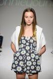 NUEVA YORK, NY - 19 DE OCTUBRE: Un modelo camina la pista durante el avance de Bonnie Young en la semana de la moda de los niños  Foto de archivo libre de regalías