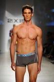 NUEVA YORK, NY - 21 DE OCTUBRE: Un modelo camina la pista durante el desfile de moda de 2 (X) hombres de los IST Imagen de archivo libre de regalías