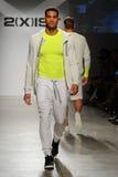 NUEVA YORK, NY - 21 DE OCTUBRE: Un modelo camina la pista durante el desfile de moda de 2 (X) hombres de los IST Fotos de archivo libres de regalías