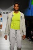 NUEVA YORK, NY - 21 DE OCTUBRE: Un modelo camina la pista durante el desfile de moda de 2 (X) hombres de los IST Foto de archivo