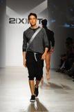 NUEVA YORK, NY - 21 DE OCTUBRE: Un modelo camina la pista durante el desfile de moda de 2 (X) hombres de los IST Imágenes de archivo libres de regalías