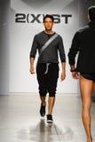 NUEVA YORK, NY - 21 DE OCTUBRE: Un modelo camina la pista durante el desfile de moda de 2 (X) hombres de los IST Fotos de archivo