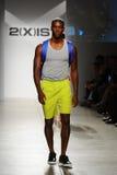 NUEVA YORK, NY - 21 DE OCTUBRE: Un modelo camina la pista durante el desfile de moda de 2 (X) hombres de los IST Imagenes de archivo