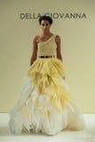 NUEVA YORK, NY - 9 DE OCTUBRE: Un modelo camina la pista en Della Giovanna Bridal Runway Show Imagenes de archivo
