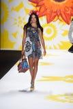 NUEVA YORK, NY - 4 DE SEPTIEMBRE: Adriana Lima camina la pista en Desigual Foto de archivo libre de regalías