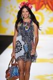 NUEVA YORK, NY - 4 DE SEPTIEMBRE: Adriana Lima camina la pista en Desigual Foto de archivo