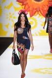 NUEVA YORK, NY - 4 DE SEPTIEMBRE: Adriana Lima camina la pista en Desigual Fotografía de archivo