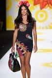 NUEVA YORK, NY - 4 DE SEPTIEMBRE: Adriana Lima camina la pista en Desigual Fotografía de archivo libre de regalías