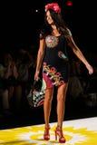 NUEVA YORK, NY - 4 DE SEPTIEMBRE: Adriana Lima modelo camina la pista en el desfile de moda 2015 de la primavera de Desigual Fotos de archivo