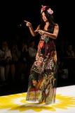 NUEVA YORK, NY - 4 DE SEPTIEMBRE: Adriana Lima modelo camina la pista en el desfile de moda 2015 de la primavera de Desigual Imagen de archivo