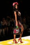NUEVA YORK, NY - 4 DE SEPTIEMBRE: Adriana Lima modelo camina la pista en el desfile de moda 2015 de la primavera de Desigual Imágenes de archivo libres de regalías