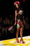 NUEVA YORK, NY - 4 DE SEPTIEMBRE: Adriana Lima modelo camina la pista en el desfile de moda 2015 de la primavera de Desigual Foto de archivo