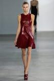 NUEVA YORK, NY - 11 DE SEPTIEMBRE: El modelo camina la pista en el desfile de moda de Calvin Klein Collection Imágenes de archivo libres de regalías