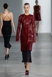 NUEVA YORK, NY - 11 DE SEPTIEMBRE: El modelo camina la pista en el desfile de moda de Calvin Klein Collection Imagenes de archivo