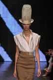 NUEVA YORK, NY - 8 DE SEPTIEMBRE: Lexi Boling modelo camina la pista en la colección de la moda de Donna Karan Spring 2015 Imagen de archivo libre de regalías