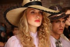 NUEVA YORK, NY - 6 DE SEPTIEMBRE: Los modelos que muestran los sombreros y los accesorios en Sergio Davila forman la presentación Foto de archivo libre de regalías