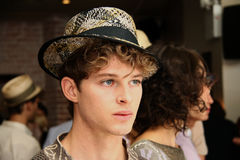 NUEVA YORK, NY - 6 DE SEPTIEMBRE: Los modelos que muestran los sombreros y los accesorios en Sergio Davila forman la presentación Fotos de archivo libres de regalías