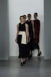 NUEVA YORK, NY - 11 DE SEPTIEMBRE: Paseo de los modelos el final de la pista en el desfile de moda de Calvin Klein Collection Imagen de archivo