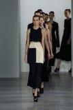 NUEVA YORK, NY - 11 DE SEPTIEMBRE: Paseo de los modelos el final de la pista en el desfile de moda de Calvin Klein Collection Foto de archivo
