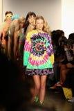 NUEVA YORK, NY - 10 DE SEPTIEMBRE: Paseo de los modelos el final de la pista en el desfile de moda de Jeremy Scott Imagen de archivo