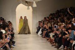 NUEVA YORK, NY - 11 DE SEPTIEMBRE: Paseo de los modelos el final de la pista en el desfile de moda de Ralph Lauren Fotografía de archivo