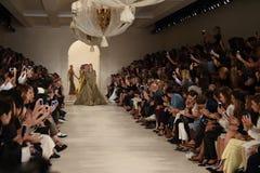 NUEVA YORK, NY - 11 DE SEPTIEMBRE: Paseo de los modelos el final de la pista en el desfile de moda de Ralph Lauren Fotografía de archivo libre de regalías