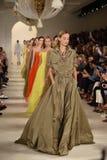 NUEVA YORK, NY - 11 DE SEPTIEMBRE: Paseo de los modelos el final de la pista en el desfile de moda de Ralph Lauren Fotos de archivo libres de regalías