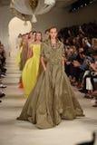 NUEVA YORK, NY - 11 DE SEPTIEMBRE: Paseo de los modelos el final de la pista en el desfile de moda de Ralph Lauren Foto de archivo
